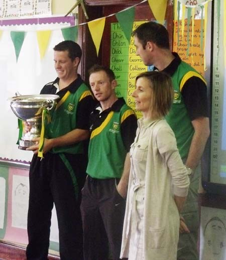 The lads talk to the pupils of Gaelscoil Eirne with Principal Niamh Nic Dhiarmada.