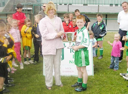Aodh Ruadh's winning captain, Shane McGrath, receives the Mick Shannon trophy from Noreen Shannon..
